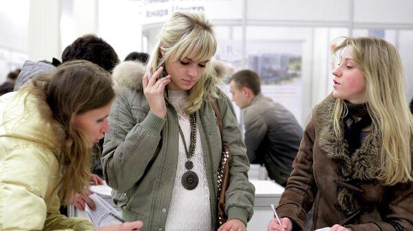 Девушки заполняют анкеты на ярмарке вакансий