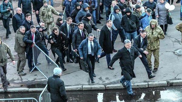 Президент Украины Петр Порошенко покидает предвыборный митинг в Житомире