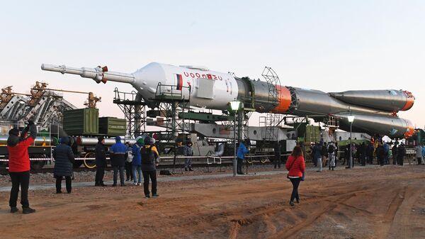 Транспортировка ракеты-носителя Союз-ФГ с пилотируемым кораблем Союз МС-12 на  стартовую площадку космодрома Байконур