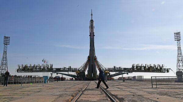 Ракета-носитель Союз-ФГ с пилотируемым кораблем Союз МС-12 во время установки на стартовый комплекс космодрома Байконур