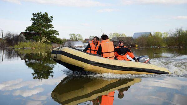 Спасатели МЧС РФ в лодке