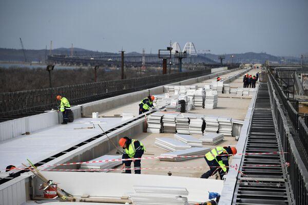 Укладка изоляционного материала при строительстве железнодорожной части Крымского моста