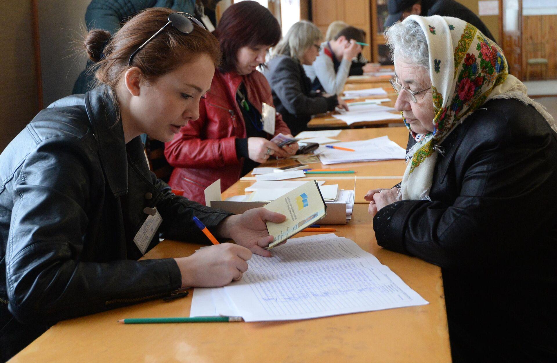 Жители Симферополя на одном из избирательных участков во время голосования на референдуме о статусе Крыма - РИА Новости, 1920, 12.03.2021