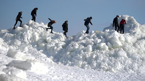 В ХМАО от снега рухнул кирпичный фронтон с многоэтажки