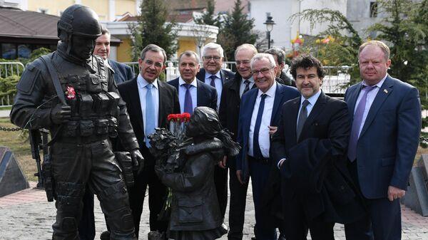 Делегация из Франции у памятника Вежливым людям в Крыму