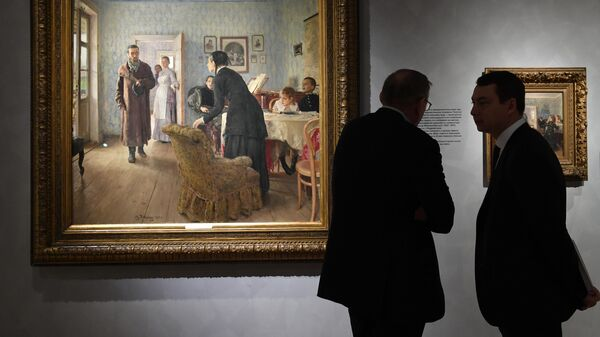 Посетители возле картины Не ждали на выставке Ильи Репина в Третьяковской галерее на Крымском валу