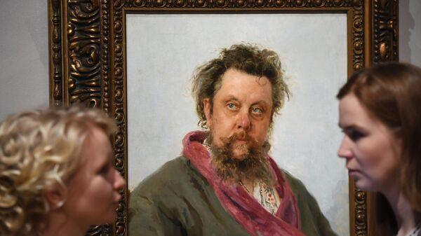 Девушки возле картины Портрет М. П. Мусоргского на выставке Ильи Репина в Третьяковской галерее на Крымском валу
