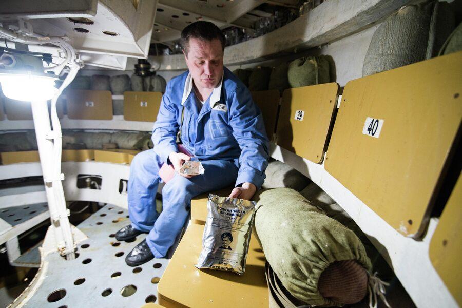 Внутри всплывающей спасательной камеры подводного крейсера Юрий Долгорукий