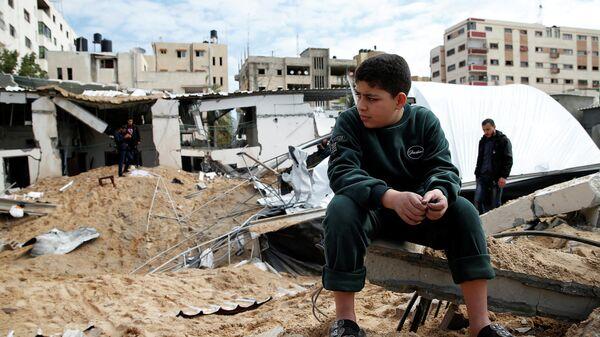 Палестинец возле здания в Газе, разрушенного в результате израильских авианалетов. 15 марта 2019