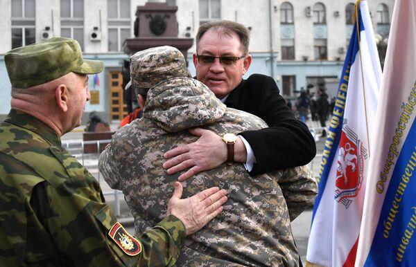 Люди поздравляют друг друга с 5-й годовщиной Общекрымского референдума 2014 года и воссоединения Крыма с Россией на одной из улиц в Симферополе