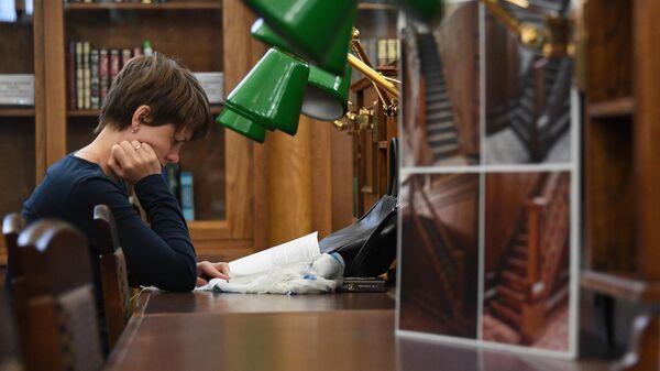 Посетительница в читальном зале библиотеки