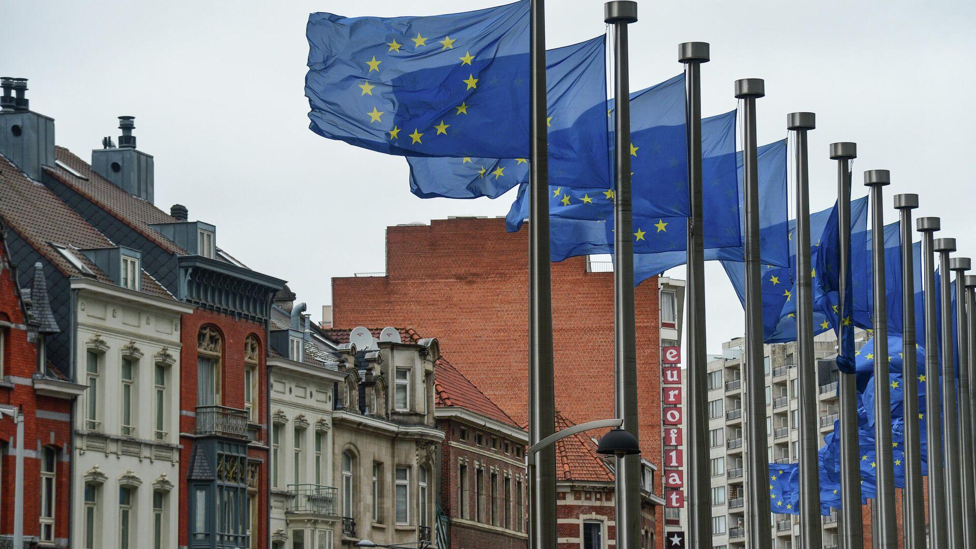 Флаги с символикой Евросоюза у здания Еврокомиссии в Брюсселе - РИА Новости, 1920, 02.03.2021