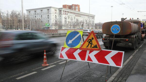 Знаки Дорожные работы, Направление объездного ремонтируемого участка дороги, Объезд препятствий слева на дороге в Москве