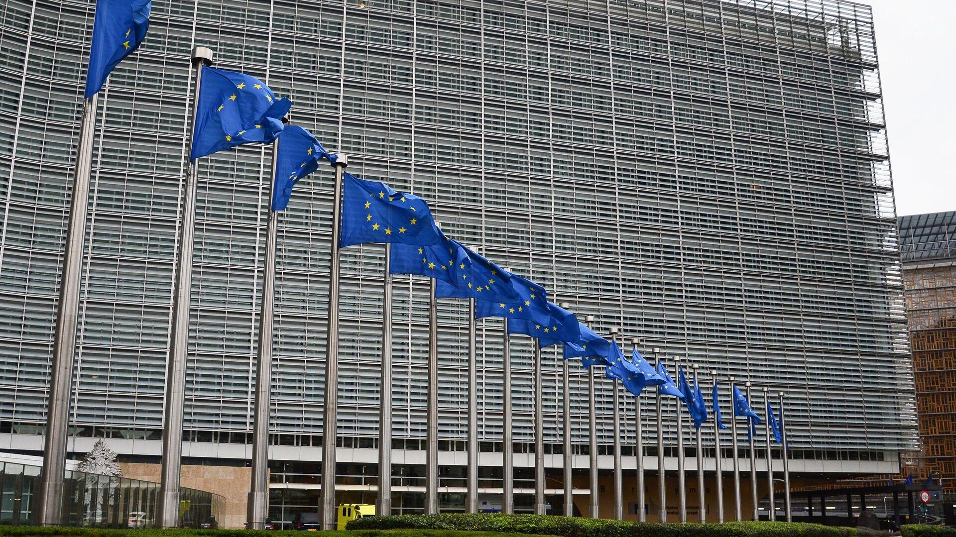 Флаги с символикой Евросоюза у здания Еврокомиссии в Брюсселе - РИА Новости, 1920, 19.03.2021