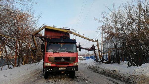 Порыв газопровода в результате самопроизвольного поднятия кузова у самосвала в Челябинске. 17 марта 2019
