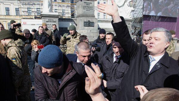 Президент Украины Петр Порошенко во время встречи с избирателями на Михайловской площади в Киеве