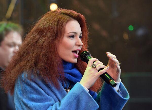 Джазовая певица Полина Орбах выступает на Koktebel Jazz Party фестиваля Крымская весна