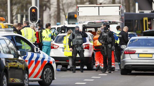 Сотрудники полиции на месте стрельбы в Утрехте, Нидерланды
