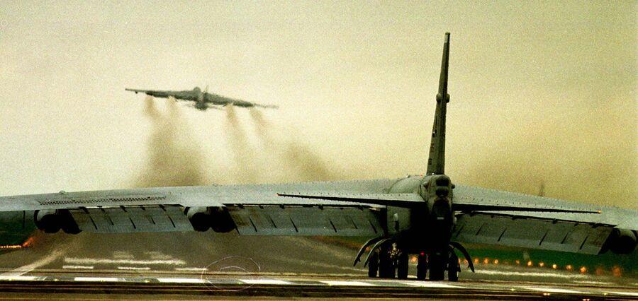 Бомбардировщик ВВС США В52 на авиабазе в Фэрфорде. 29 марта 1999