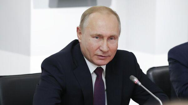 Президент РФ Владимир Путин во время встречи в Симферополе с представителями общественности Франции