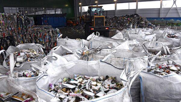 Мешки с отсортировнным мусором на предприятии по глубокой переработке твердых коммунальных отходов в городе Рошаль Московской области