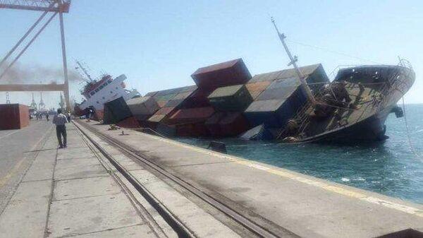 Грузовое судно перевернулось в иранском порту Шахид Раджаи