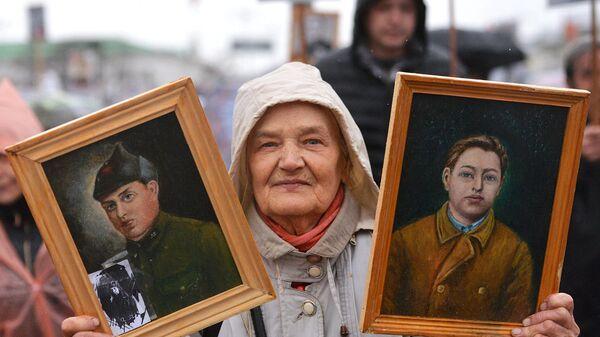 Участница акции Бессмертный полк в Екатеринбурге