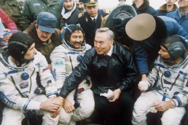 Президент Казахстана Нурсултан Назарбаев поздравляет космонавтов космического корабля Союз ТМ - 19 с удачным завершением полета