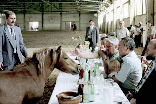 Президент России Борис Ельцин и Президент Казахстана Нурсултан Назарбаев во время посещения конного завода