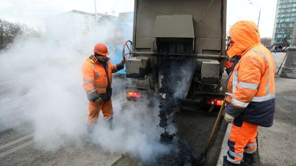 Рабочие бригады ГБУ Автомобильные дороги проводят латочный ремонт дорожного покрытия в Москве