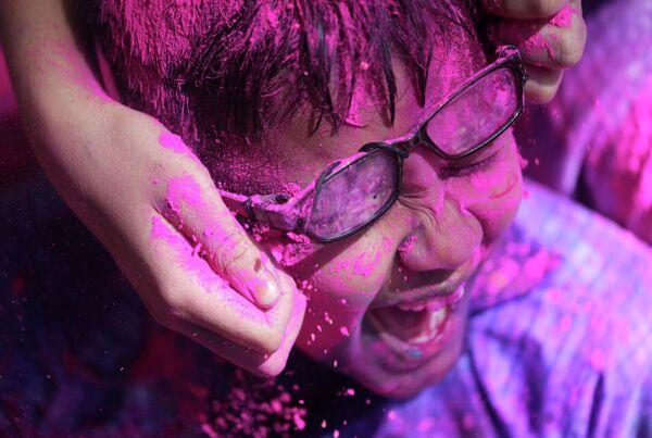 Участник фестиваля Холи в Мумбаи, Индия