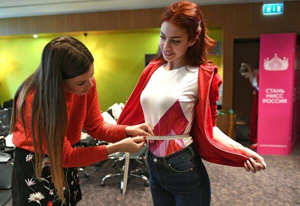 Замерщица снимает мерки с участницы конкурса Мисс Россия в Москве