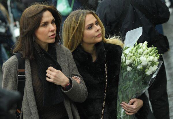 Певицы Надежда Ручка и Ксения Новикова перед началом церемонии прощания с певицей Юлией Началовой
