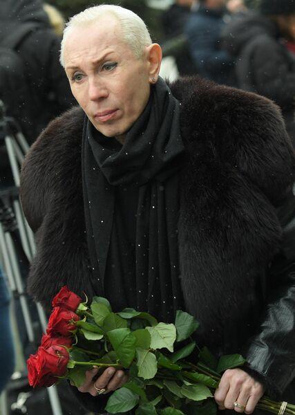 Пародист Александр Песков перед началом церемонии прощания с певицей Юлией Началовой
