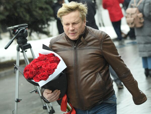 Певец Виктор Салтыков на церемонии прощания с певицей Юлией Началовой
