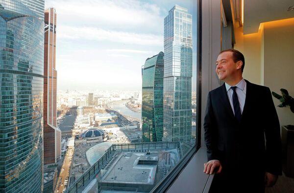 Председатель правительства РФ Дмитрий Медведев на территории Московского международного делового центра Москва-Сити