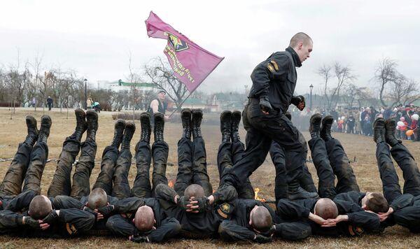 Военнослужащие спецназа МВД Беларуси во время показательных выступлений на Дне внутренних войск в Минске, Беларусь, 17 марта 2019 года