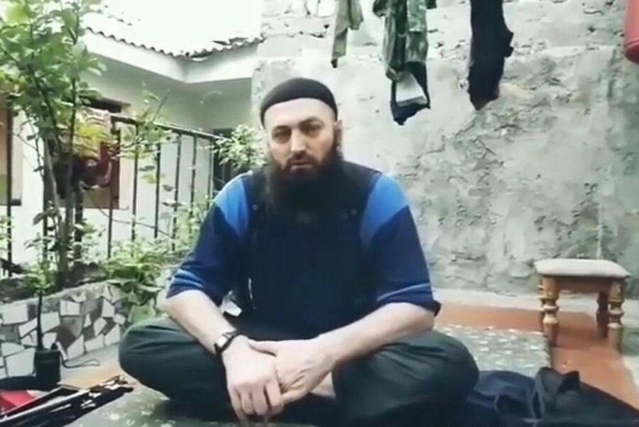 Магомед Сулейманов читает проповедь во дворе своего дома