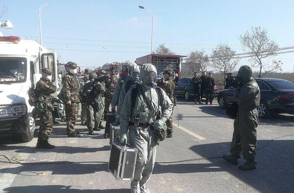 Сотрудники военизированной полиции в защитных костюмах пробираются к месту взрыва на заводе пестицидов Цзянсу Тяньцзяи в провинции Цзянсу, Китай. 22 марта 2019