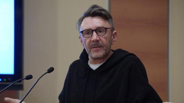 Лидер музыкальной группы Ленинград Сергей Шнуров выступает на парламентских слушаниях в Государственной Думе