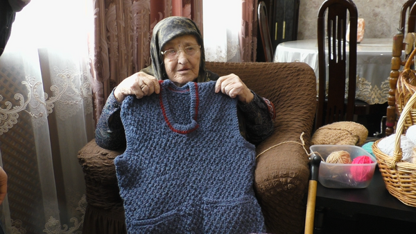109-летняя бабушка полвека вяжет теплые вещи для неимущих