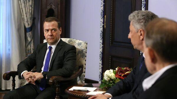Дмитрий Медведев во время встречи с кандидатом в президенты Украины Юрием Бойко и главой политического совета партии Оппозиционная платформа - За жизнь Виктором Медведчуком