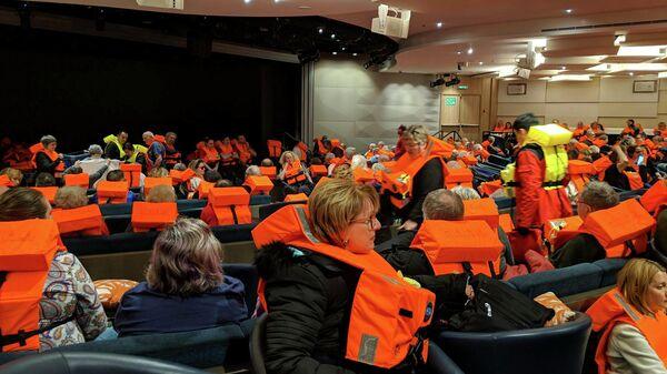 Пассажиры на борту судна Viking Sky, дрейфующего у побережья Норвегии, ожидают эвакуации