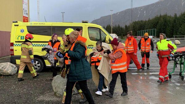 Пассажиры, спасенные с круизного судна Viking Sky после отказа двигателя, в Хустадвика, Норвегия