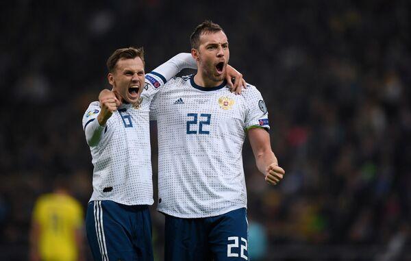 Футболисты сборной России Денис Черышев и Артём Дзюба (слева направо) радуются забитому голу