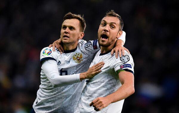 Футболисты сборной России Денис Черышев и Артём Дзюба