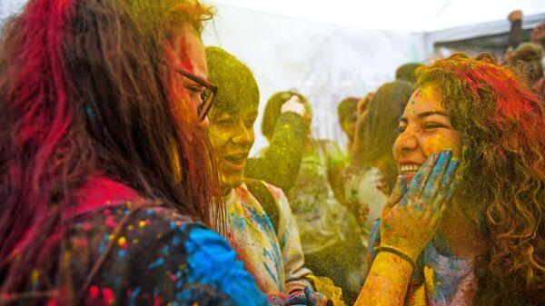 Участники фестиваля красок Холи-Мела в Центре индийской культуры в Москве