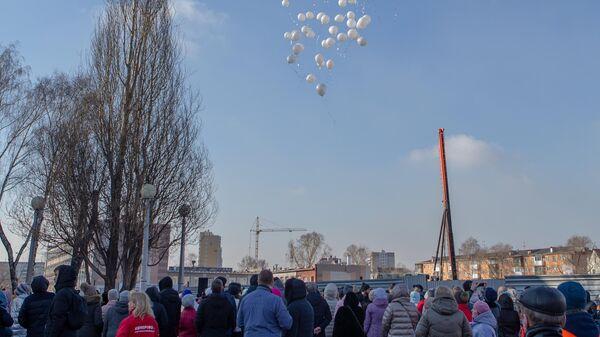 Жители запускают в небо воздушные шары в память о жертвах пожара в торгово-развлекательном центре Зимняя вишня в Кемерово