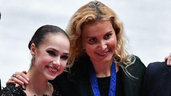 Алина Загитова и Этери Тутберидзе (справа)