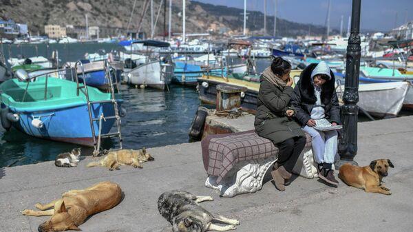 Женщины отдыхают на пристани в Балаклаве